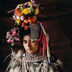 A member of the Drokpa tribe of India and Pakistan who appears in Before They Pass Away, a book recording the ways of some of the world's threatened tribes, published by teNeues Photographer: Jimmy Nelson We Are The World, People Around The World, Around The Worlds, Tribes Of The World, Papua Nova Guiné, Costume Ethnique, Jimmy Nelson, Ethno Style, Indigenous Tribes