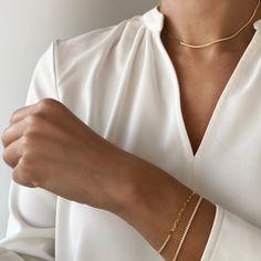 Lant din argint tennis Manissi White Gold placat cu aur galben titlu 18k. Lantul este model choker, la baza gatului, avand lungimea de maxim 40 de cm cu posibilitatea de ajustare la baza gatului sau mai lejer. Lantul este jumatate cu pietre zirconia calitatea AAAA+. Produsul se livreaza in cutie cadou impreuna cu ghidul de utilizare. Gold Necklace, White Gold, Bracelets, Jewelry, Bead, Gold Pendant Necklace, Jewlery, Jewerly, Schmuck