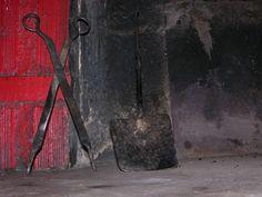 Lumbre de pueblo y utensilios del hogar, ,(badila y tenazas)que servían para remover el brasero de picón.