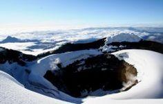 Ascension du Cotopaxi  Le volcan Cotopaxi est le volcan le plus impressionnant, avec une altitude de 5897mètres, c'est aussi le plus haut et actif volcan du monde! L'ascension jusqu'au sommet se fait durant la nuit; cela permet de voir le lever du soleil depuis le sommet et une superbe vue sur la ville de Quito, sur le Nord du Chimborazo et sur le Tungurahua.