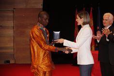 Doña Letizia entrega la Medalla de Oro a Amadou Sadio de Cruz Roja Guineana por la respuesta a la epidemia de ébola en África Occidental Auditorio Miguel Delibes. Valladolid, 08.05.2015