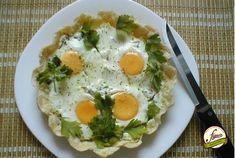 Утренний Пай Ингредиенты бекон – 150 г яйцо – 4 шт. сметана – 200 г готовое слоеное тесто – 300 г петрушка рубленная – 2 ст. л. Приготовление Слоеное тесто раскатать, поместить в форму. Смешать сметану, петрушку, бекон (или варено-копченый сервелат) и выложить смесь на тесто. По очереди разбить яйца и аккуратно вылить содержимое на сметанную смесь, так, чтобы желток не растекся. Затем поперчить и посыпать специями по желанию. Поставить форму в разогретую до 200°C духовку на 20-25 минут…