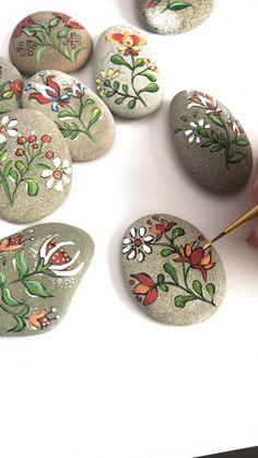 Folk art flowers painted pebbles by Christine Onward Herbstdeko Art Christine fl. - Folk art flowers painted pebbles by Christine Onward Herbstdeko Art Christine flowers Folk Herbstde - Rock Painting Patterns, Rock Painting Ideas Easy, Rock Painting Designs, Paint Designs, Rock Painting Kids, Folk Art Flowers, Rock Flowers, Flower Art, Diy Flowers