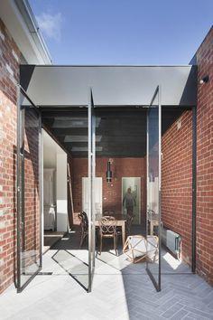 St Kilda East House par Clare Cousins Architects.  Située à St Kilda East à Melbourne, cette maison victorienne à double façade offre amplement d'espace pour une jeune famille. Cependant, des aménagements devaient être faits pour dégager la vue et offrir une belle perspective de l'arrière-cour.