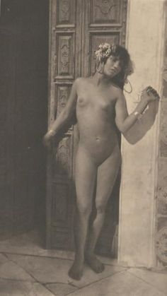 LEHNERT et LANDROCK Jeune Tunisienne, c. 1910 Héliogravure, crédité et numéroté dans la marge 22,5 x 13,5 cm (image) - 40 x 30 cm (planche) - Millon Bruxelles - 28/05/2012
