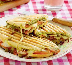 Italiaanse panini met tomaat en mozzarella