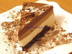 Peste blatul rece se adaugă primul strat de mousse de ciocolată albă. Se dă la rece aproximativ 1 oră, ca să se întărească suficient pentru următorul strat de mousse. După ce s-a întărit primul strat, se adaugă cel de-al doilea strat de mousse de ciocolată cu lapte. Se bagă din nou la…