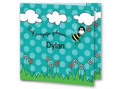 Een geboortekaartje voor jongen van een bij, wolken en bloemen. De achtergrond is blauw-groen met lichtblauw-groene stippen. Aan de binnenkant van het geboortekaartje is de achtergrond hetzelfde. Onderaan is gras met bloemetjes geplaatst en bovenin wolkjes. Er is een groot lichtblauw vlak zodat de tekst duidelijk te lezen is.
