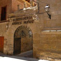 Entrada al albergue de peregrinos Andrés Muñoz, en pleno casco histórico de Viana #Navarra #CaminodeSantiago