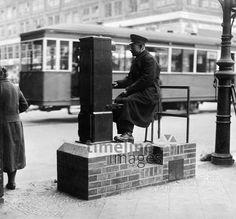 Strassenbahner am elektrischen Weichensteller auf dem Alexanderplatz - undatiert, vermutlich 1932