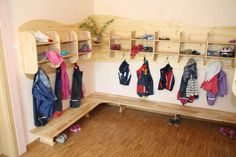 Carpenter Burkhardt from Sulzbach near Ludwigsburg has made a beautiful wardrobe made of ash wood for a daycare center in the Waldorf kindergarten . Daycare Cubbies, Preschool Cubbies, Kindergarten Classroom, Classroom Decor, Childcare Rooms, Daycare Rooms, Waldorf Preschool, Kindergarten Interior, Backyard Trampoline