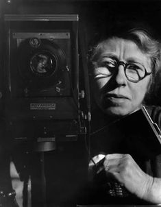 Imogen Cunningham - American photographer known for her botanical photography, nudes, and industrial landscapes. Self-portrait with korona view, 1933 History Of Photography, People Photography, Vintage Photography, White Photography, Street Photography, Nature Photography, Alfred Stieglitz, Edward Weston, Photographer Self Portrait