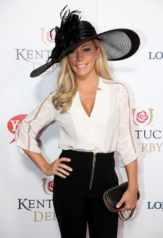 Kendra Wilkinson-Baskett kept things very clean and simple in a black and white outfit that a large black sun hat to match for the annual Kentucky Derby horse race on May Horse Race Outfit, Horse Race Hats, Derby Horse Race, Races Outfit, Spring Racing Dresses, Dresses For The Races, Kentucky Derby Outfit, Derby Outfits, Race Wear