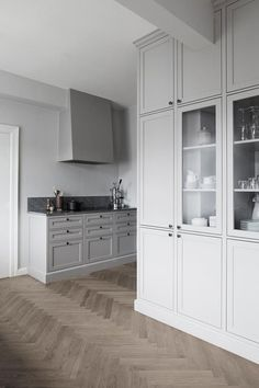 Una cocina perfecta y nórdica en color gris Decoracion Vintage Chic, Sweet Home, Kitchen Cabinets, Studio, Architecture, Storage, Wood, Furniture, Design