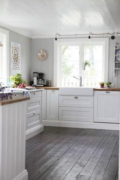 Kitchen with Grey Wood Floor. 20 Kitchen with Grey Wood Floor. 43 Practical and Cool Looking Kitchen Flooring Ideas Grey Kitchen Floor, White Kitchen Cabinets, Kitchen Flooring, Gray Floor, Cupboards, Wood Cabinets, Country Kitchen, New Kitchen, Kitchen Decor