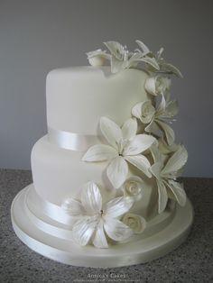 White wedding cake roses and lilies , bruidstaart witte rozen en lelies