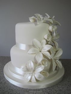 White wedding cake roses and lilies , bruidstaart witte rozen en lelies