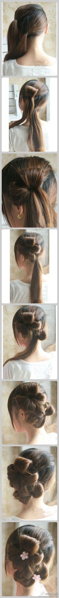 con dos flores en el pelo