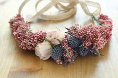 Media Corona de flor fresca con flor de arroz, eryngium y rosas. Magnolia and Co.