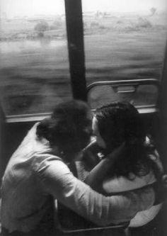 Roberto Salbitani - Due giovani si abbracciano, ca. 1977