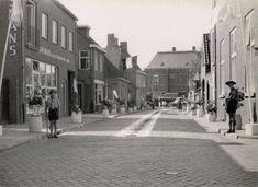 Breda - Doelenstraat (Princenhage) - Het Doelenstraatje in Princenhage in 1958 tijdens de Sacramentsprocessie. Foto: H.A. Hagen.