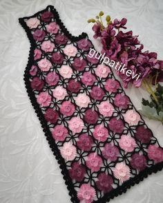 Este posibil ca imaginea să conţină: interior Pull Crochet, Gilet Crochet, Crochet Coat, Crochet Clothes, Crochet Baby Dress Pattern, Baby Knitting Patterns, Hand Knitting, Crochet World, Crewel Embroidery