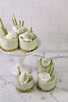 Matcha was made from whole green tea leaves that have been pulverized into a fine powder, matcha is the embodiment of Japanese tradition and it's best known for its beneficial antioxidants. From best matcha latte to matcha co Green Tea Cheesecake, No Bake Cheesecake, Cheesecake Recipes, Mini Desserts, Just Desserts, Delicious Desserts, Plated Desserts, Tea Recipes, Sweet Recipes