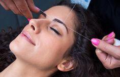 Comment s'épiler les sourcils avec un fil. Les sourcils exigent le même soin que les cheveux, les cils et la peau ; ils ont besoin d'entretien pour conserver une forme toujours parfaitement délimitée. Pour ce faire, il existe les techniques ha...
