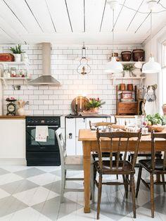 shabby chic kitchen table and bench Cozinha Shabby Chic, Shabby Chic Kitchen, Rustic Kitchen, Country Kitchen, Vintage Kitchen, Kitchen Dining, Kitchen Decor, Happy Kitchen, Cuisines Design