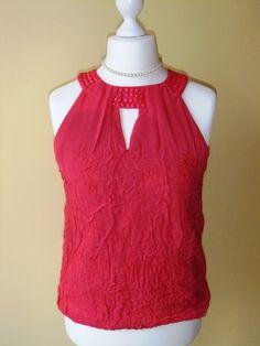 lNuno feutrée blouse rouge elégante est accomplie dans la technique feutrage  sur la soie du côté envers. À l'intérieur de la blouse le fourreau d...