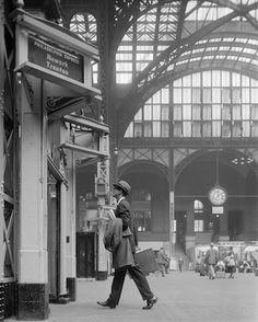 Ward Purdy in Penn Station. New York, 1960. © William Helburn / Staley-Wise Gallery New York