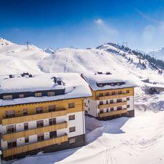 Der Winter - in vollem Gange. Der Schnee - sicher. Das Licht - magisch. Starten Sie jetzt von unseren wundervollen Chalet Suiten direkt auf die frisch präparierte Piste. Mount Everest, Mountains, Winter, Nature, Travel, Ski Trips, Family Vacations, Snow, Fresh
