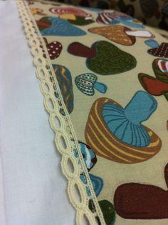 detalhes do lençol do enxoval feito pelo tijolinho amarelo para o vinícius