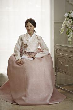 안녕하세요 청담 이승현한복입니다. 오늘은 결혼한복을 가봉하신 고객님의 따끈따끈한 후기를 가져왔습니다... Korean Hanbok, Korean Dress, Korean Outfits, Korean Traditional Dress, Traditional Dresses, Asian Style, Normcore, Feminine, Culture