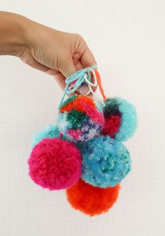 The secret to making super fluffy pom poms diy knit, crochet Diy And Crafts Sewing, Crafts For Girls, Crafts To Sell, Kid Crafts, Pom Pom Crafts, Yarn Crafts, Craft Tutorials, Craft Projects, Craft Wedding