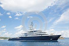 Große Super- oder Mega- Bewegungsluxusyacht im blauen Meer
