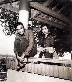 Dev Anand married co-star Kalpana Kartik (Mona Singha) in a very non-filmi style during the shooting of TAXI DRIVER. Both took a half-an-hour break between shots to get married at the Registrar of Marriages and came back as husband and wife to resume the shooting.