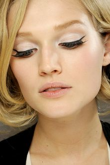 This is what I'm talking about @Ally_Flo_G.  swinging 60's eye makeup