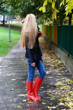 Mickey mouse a červené gumáky. Red rain shoes. Autumn outfits. Long hair