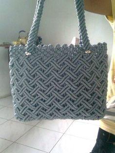 Resultado de imagen para macrame purses and bags Fabric Handbags, Crochet Handbags, Crochet Purses, Macrame Purse, Macrame Dress, Crotchet Bags, Knitted Bags, Crochet Cord, Diy Handbag