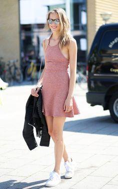 Street style look com vestido rosa e tênis.