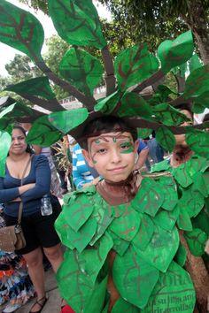 Los niños desfilaron con trajes hechos de material de reciclaje. (Foto/Gustavo Delgado)