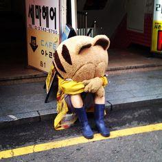 mllangley Hondae's iconic Garfield having a bad day #seoul #hongdae #garfield #emo / 서울 마포 동교 / #골목 #골목길 #사람 / 2013 08 11 /