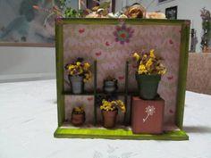 Quadro cenário com vasinhos de cerâmica, florzinhas e objetos decorativos R$ 78,00
