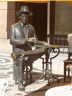 Sculpture of Fernando Pessoa in Baixa-Chiado - Lisbon - Portugal Sintra Portugal, Fidel Castro, Statues, Moorish, Cool Places To Visit, The Good Place, Old Things, Random Things, Around The Worlds