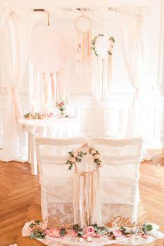 Die beiden Stühle für Braut und Bräutigam bei der Trauung. Dekoriert mit Blumen und Traumfängern  Foto: Marco Hüther