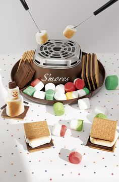 No need for a campfire to make delicious s'mores! This adorable s'mores maker makes it easy to create a yummy treat anytime.