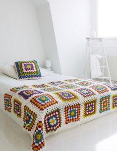 ベッドカバーもグラニー編みで作ると、かわいいインテリアに♪カラフルなデザインにすれば、素敵な存在感が生まれます。
