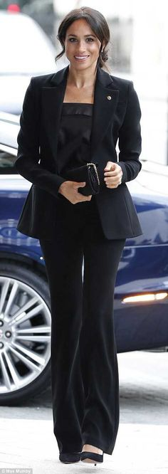 Meghan Markle praised by Vogue editor for modernizing royal family - 'INSPIRING!' - Royal Family Meghan Markle praised by Vogue editor for modernizing royal family - 'INSPIRING! Meghan Markle Outfits, Meghan Markle Style, Meghan Markle Dress, Louboutin Nails, Looks Total Black, Casual Chic, Prinz Charles, Kate And Meghan, Prinz Harry