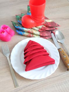 CHRISTMAS TREE NAPKIN FOLDING - This Christmas turn a boring napkin into a wonderful craft with this simple tutorial on Christmas Tree Napkin Fold. Add personality to your Christmas table in just 2 minutes!  #christmas #christmascrafts #napkinfolding
